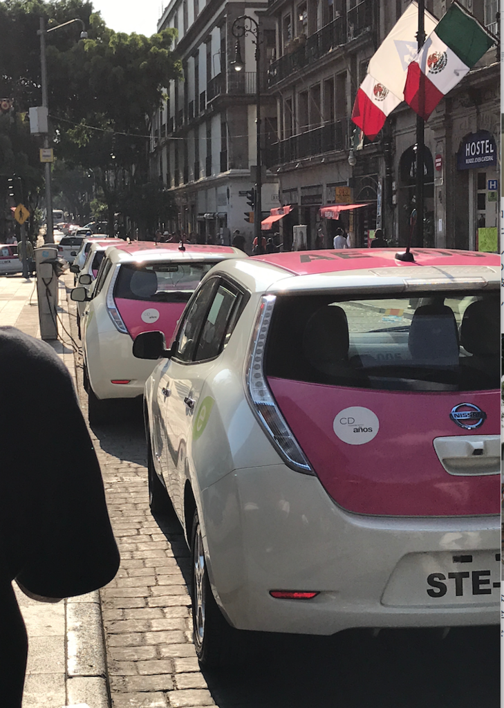 メキシコシティ 歴史地区 レンタル電気自動車 充電中