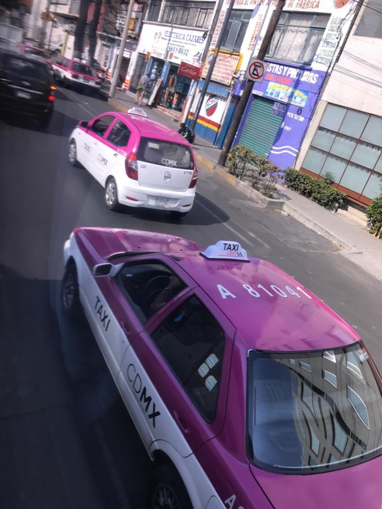 メキシコシティ タクシー ドアにCDMX 統一されたカラー