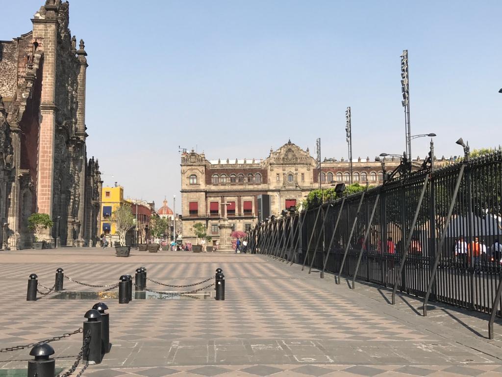 メキシコシティ メトロポリタン大聖堂 正面 広場 地盤が弱く 大聖堂