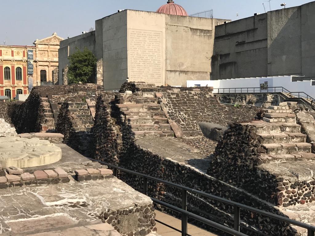 メキシコシティ テンプロ・マヨール遺跡 上へと重ねられたピラミッド