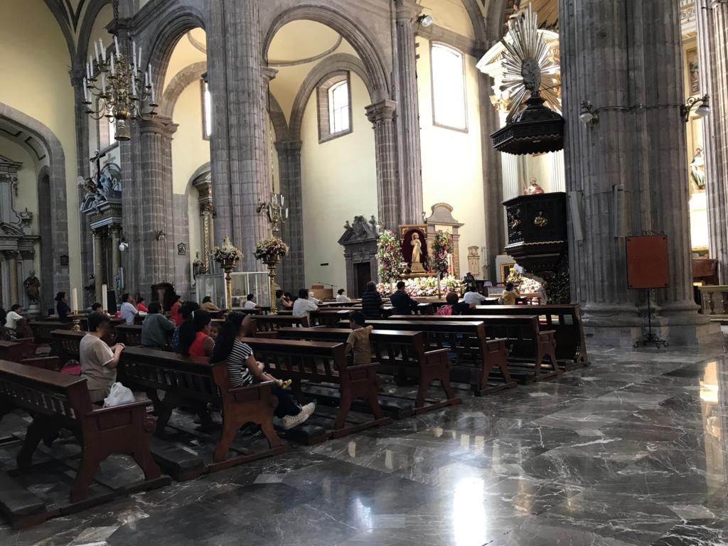 メキシコシティ サグラリオ教会 お祈りする人々