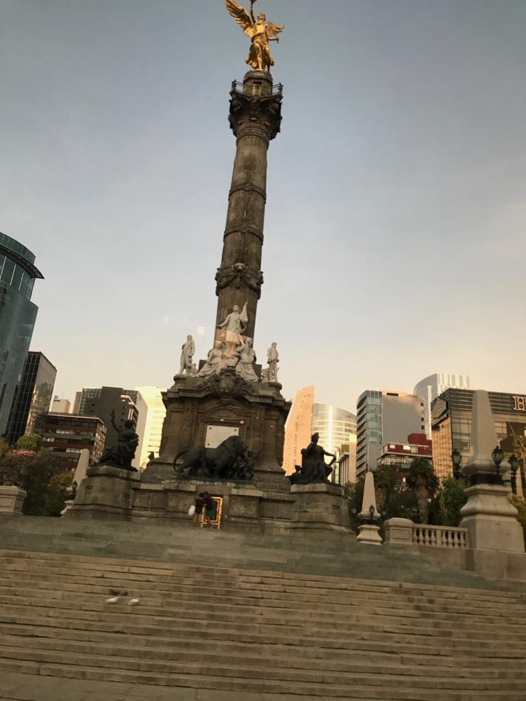 メキシコシティ レフォルマ通りの天使の独立記念塔