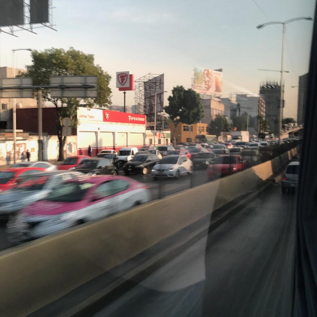 メキシコシティ 朝の道路 メキシコシティ方面は渋滞