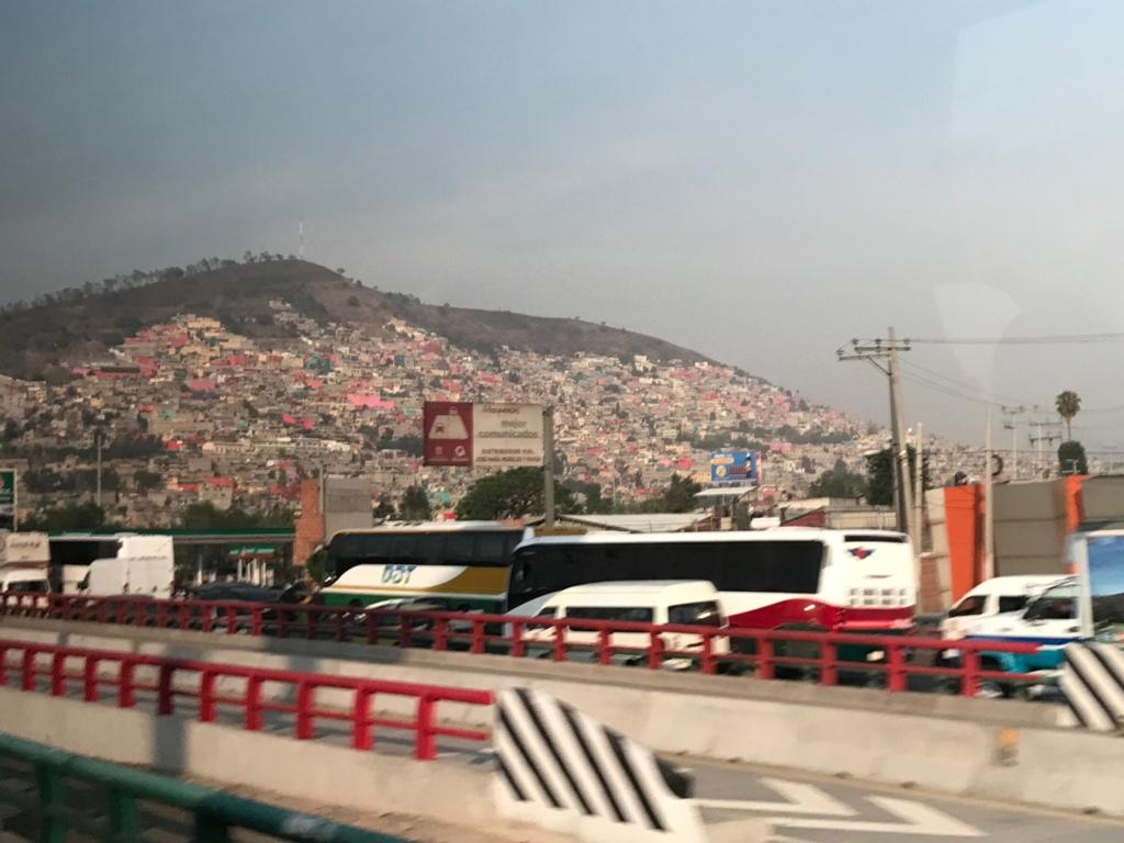 メキシコシティ 郊外 斜面を埋め尽くす カラフルな家々 メキシコシティ側は禁止