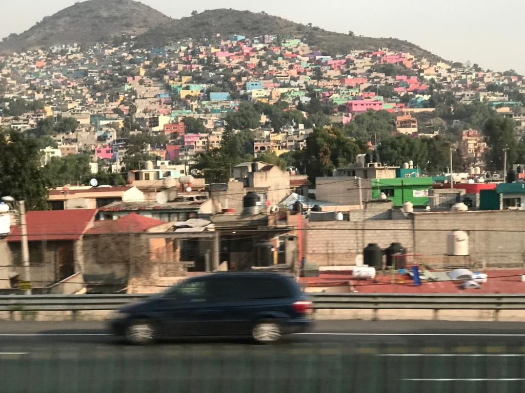 メキシコシティ 郊外 斜面を埋め尽くす カラフルな家