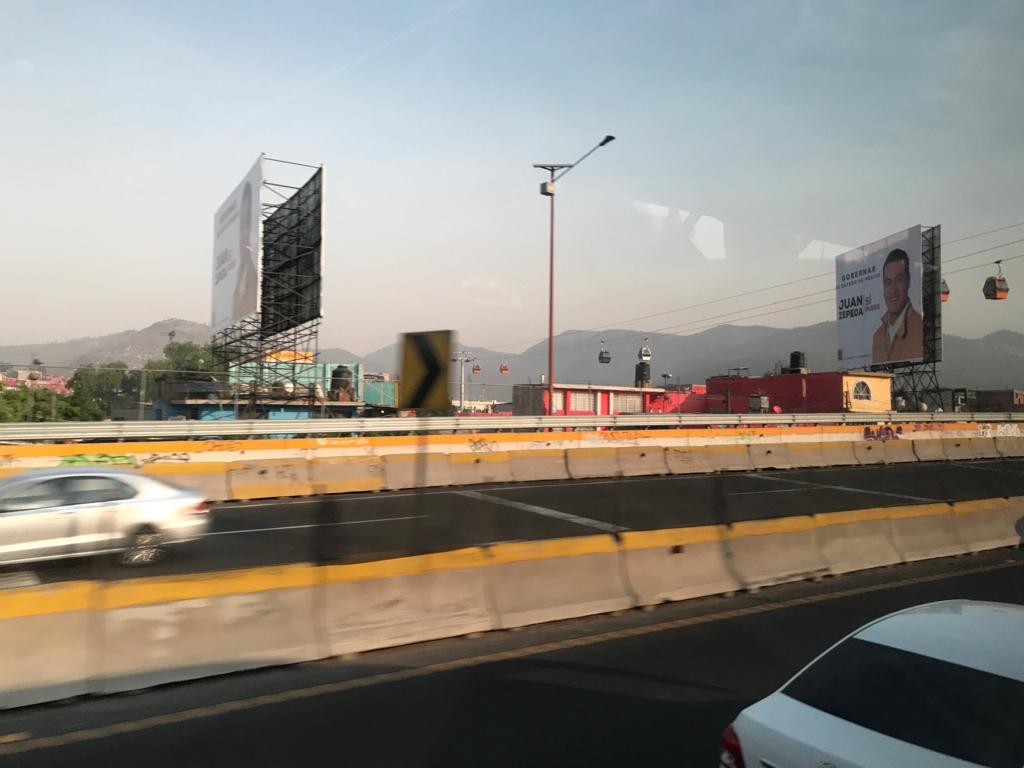 メキシコシティ 郊外 住宅地への ロープウエイ