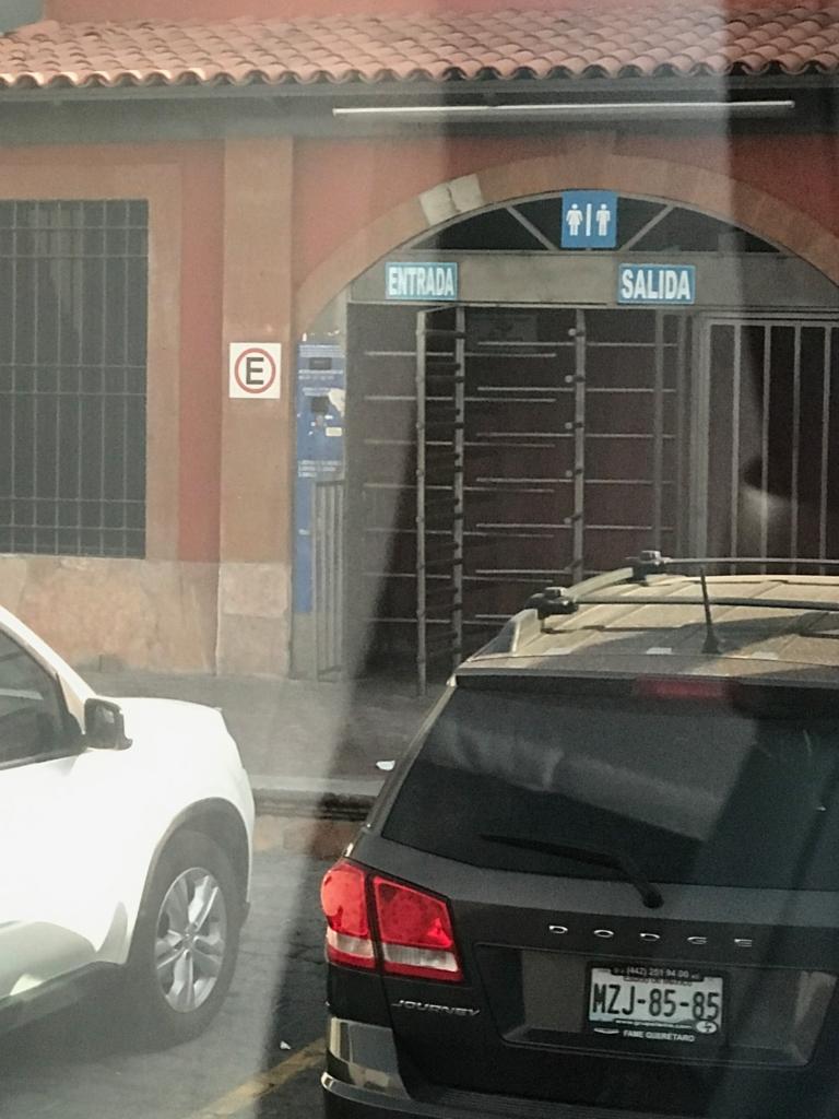 メキシコシティ 郊外  有料トイレ入り口