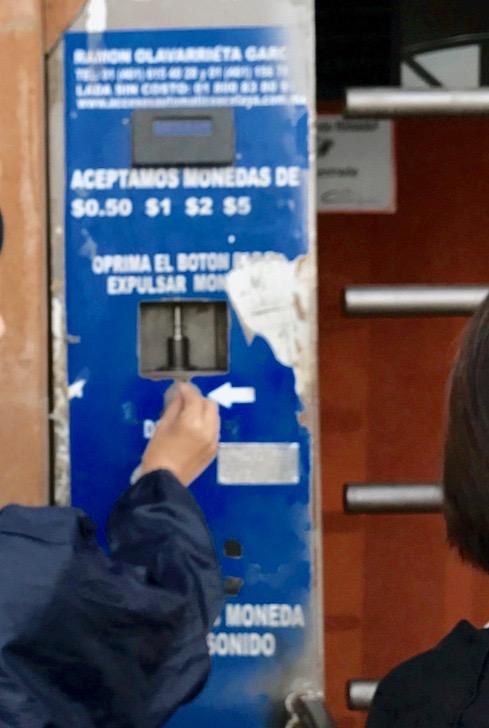 メキシコシティ 郊外  有料トイレ 料金投入口