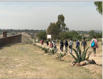 メキシコ 世界遺産 テンプレケ水道橋 皆さんと高い方へ移動