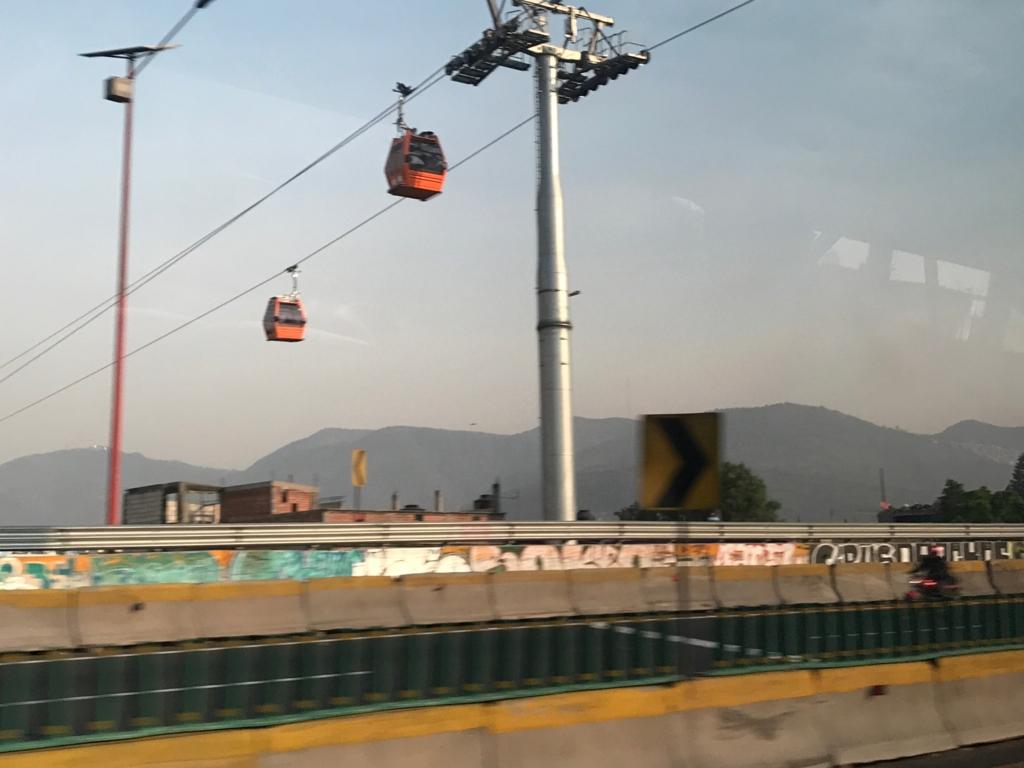 メキシコシティ 郊外 高速道路を横切る ロープウエイ
