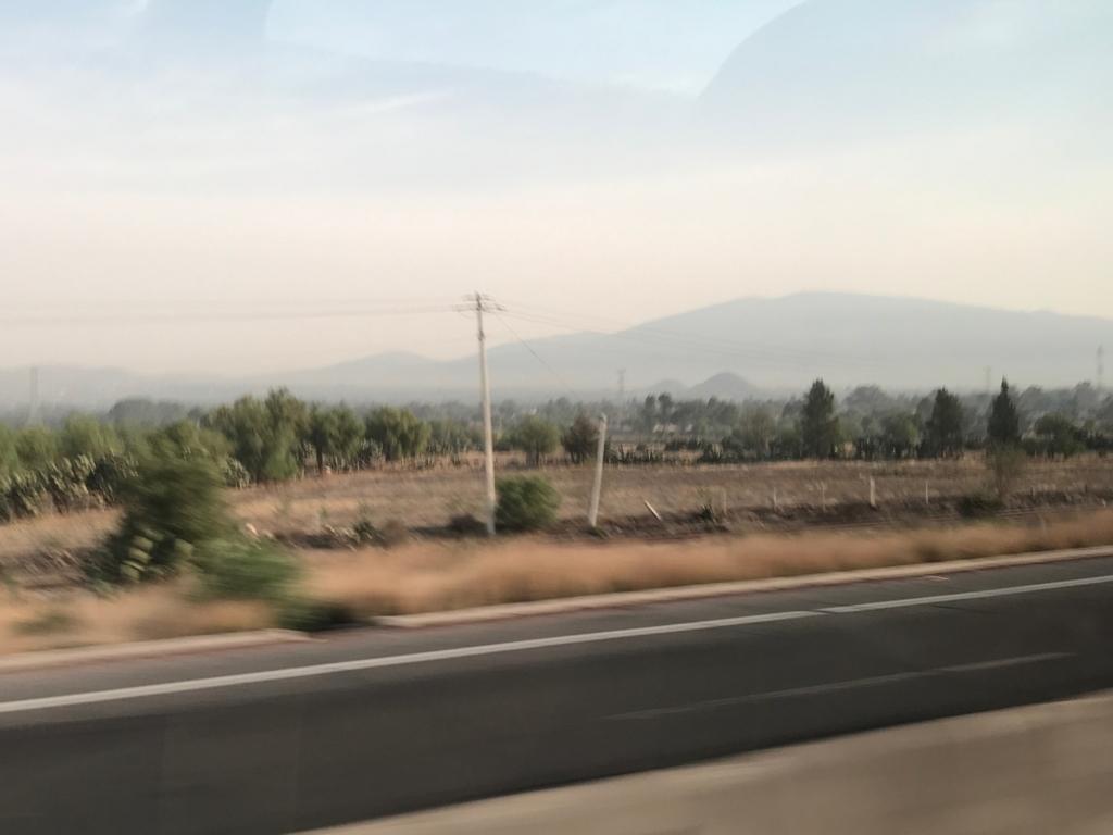メキシコシティ 郊外 のどかな風景 小さな小山はテオティワカンのピラミッド