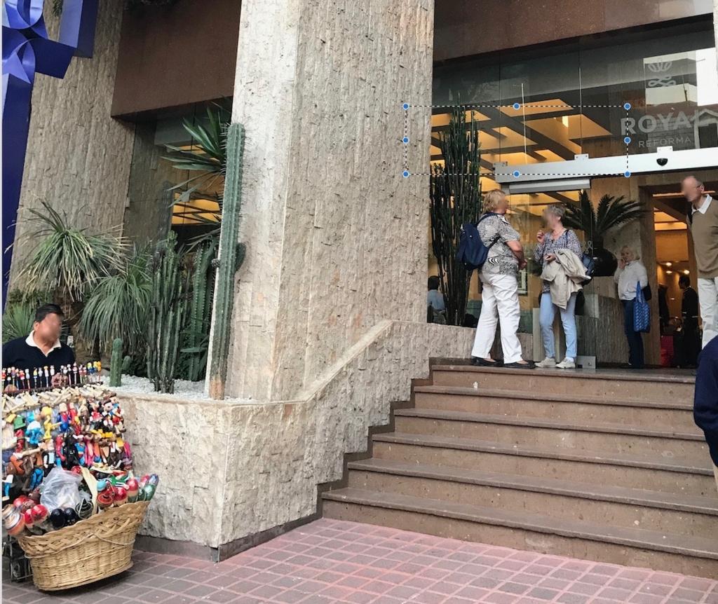 メキシコシティ 朝の Hotel Royal Reforma 前 お土産やさん