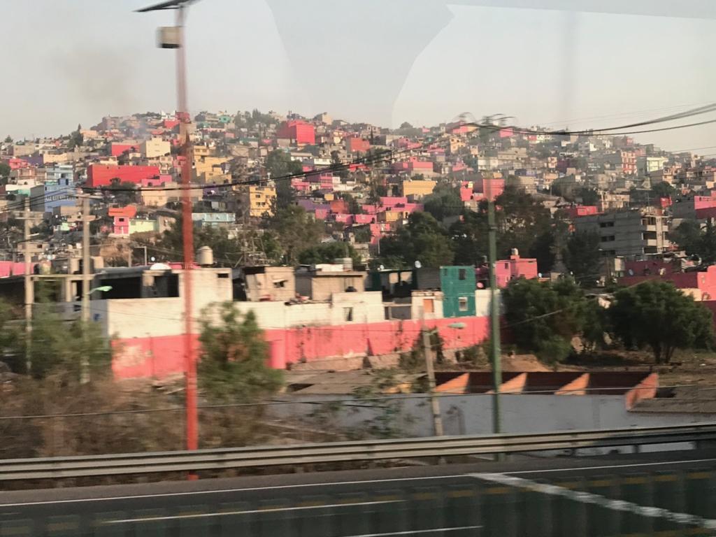メキシコシティ 郊外 斜面を埋め尽くす カラフルな家々