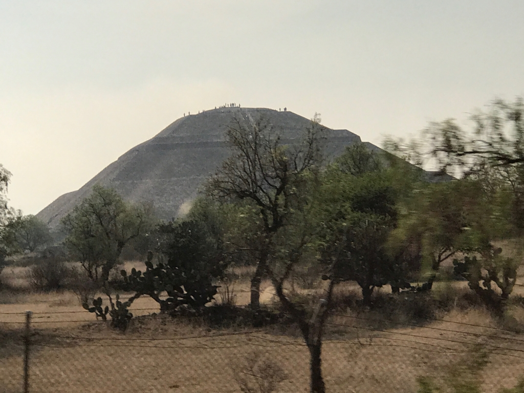 メキシコ郊外 テオティワカンへ 「太陽のピラミッド」頂上に見える人影