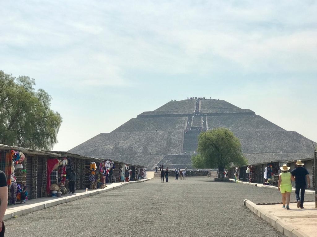 メキシコ テオティワカン遺跡 「太陽のピラミッド」の正面 より入場