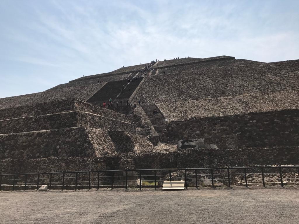 メキシコ テオティワカン遺跡 「太陽のピラミッド」 麓