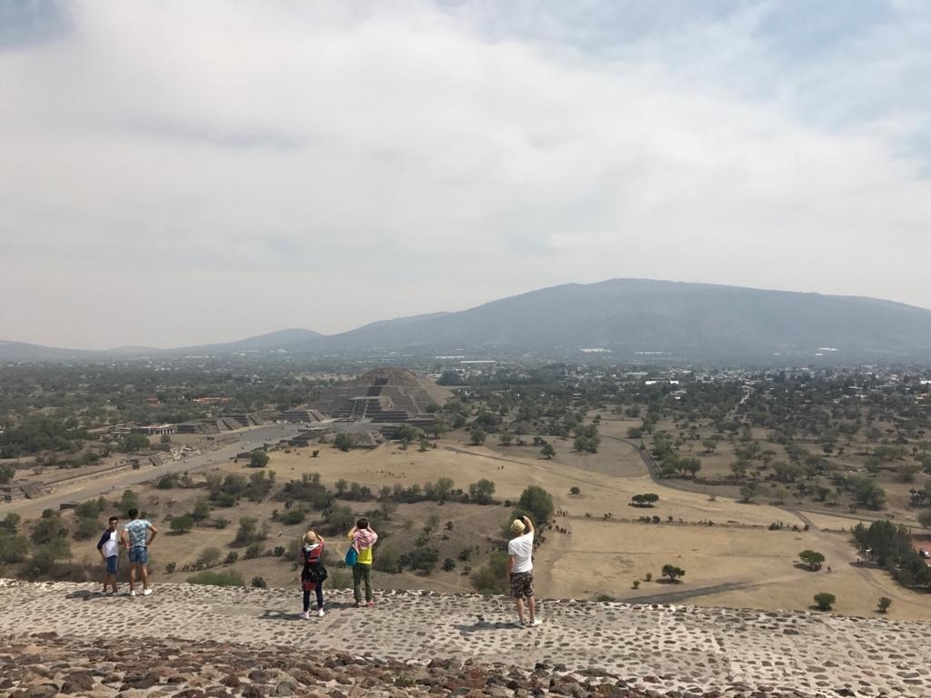 メキシコ テオティワカン遺跡 「太陽のピラミッド」頂上より 「月のピラミッド」