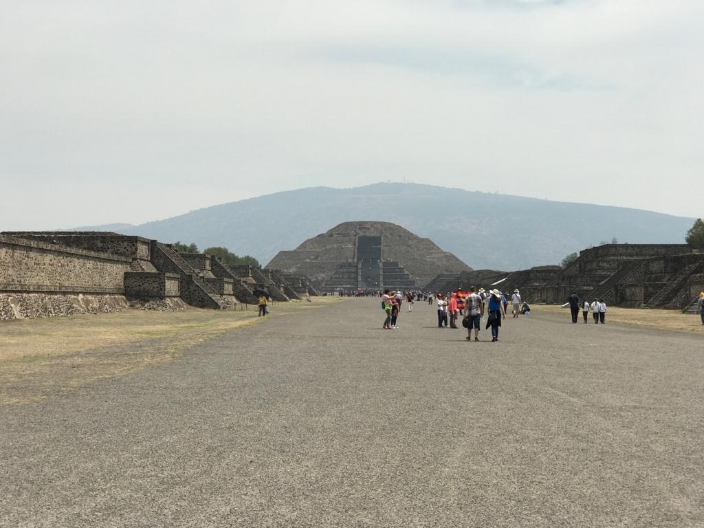 メキシコ テオティワカン遺跡 「月のピラミッド」「太陽のピラミッドピ」から700mの死者の道