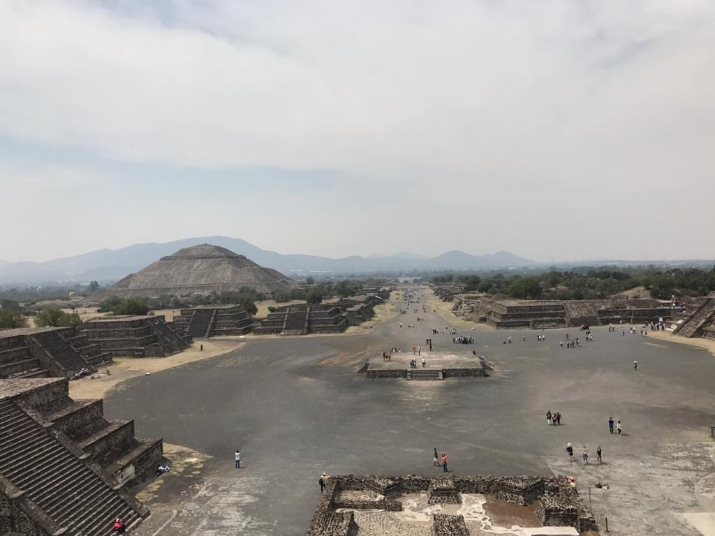 メキシコ テオティワカン遺跡 「月のピラミッド」頂上より 「太陽のピラミッド」