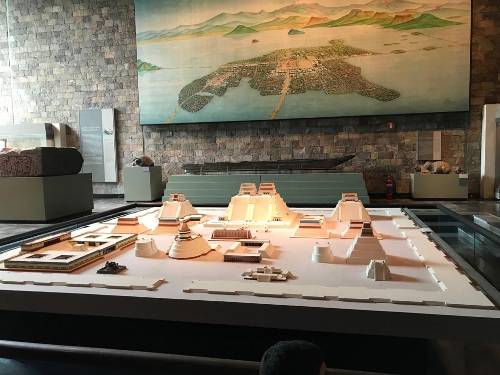メキシコシティ 「国立人類学博物館 アステカ室」テノチティトラン全体の想像図 と 神殿群の復元模型