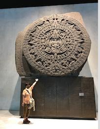 メキシコシティ 「国立人類学博物館 アステカ室」太陽の石 と 記念撮影