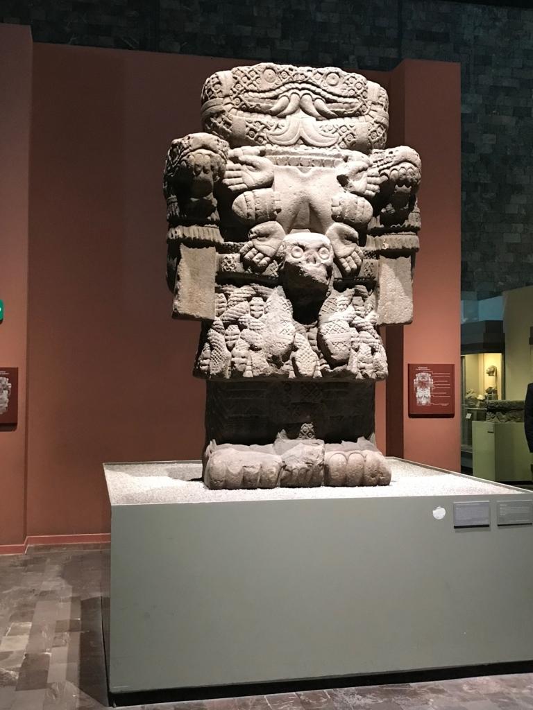 メキシコシティ 「国立人類学博物館 アステカ室」アステカ人の大地の女神、コアトリクエ像