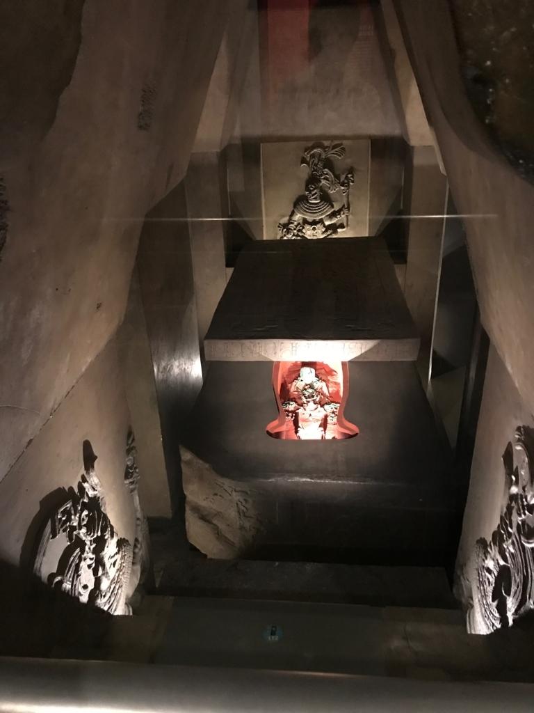 メキシコシティ「国立人類学博物館」パレンケ遺跡の王墓復元 width=