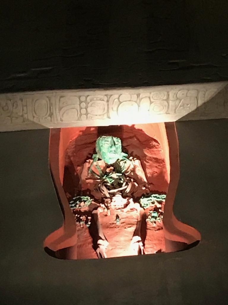メキシコシティ「国立人類学博物館」パレンケ遺跡の王墓復元 石棺