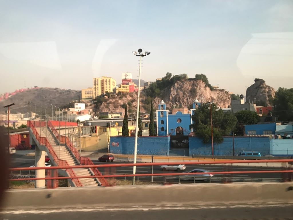 メキシコシティ 郊外 崖の上にも家々