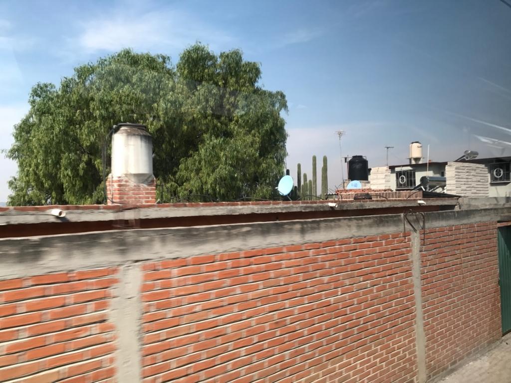 メキシコシティ 郊外 家の家根には、乾期対策のためのタンク