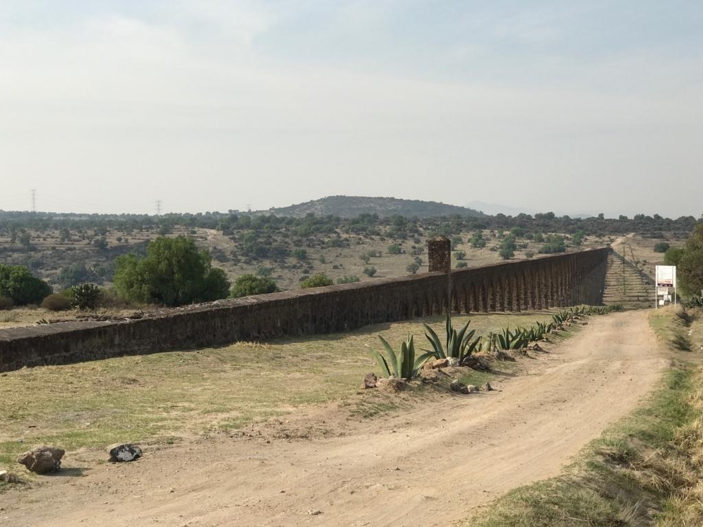 メキシコ 世界遺産 テンプレケ水道橋 最初は膝の高さ