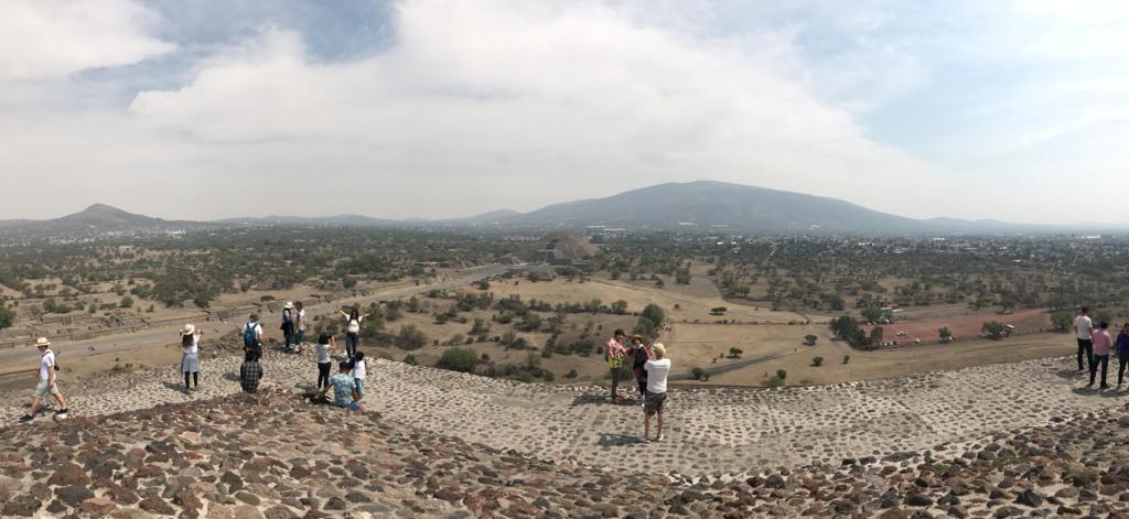 メキシコ テオティワカン遺跡 「太陽のピラミッド」頂上より 「月のピラミッド」へのパノラマ