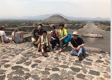 メキシコ テオティワカン遺跡 「月のピラミッド」頂上 で記念記念撮影