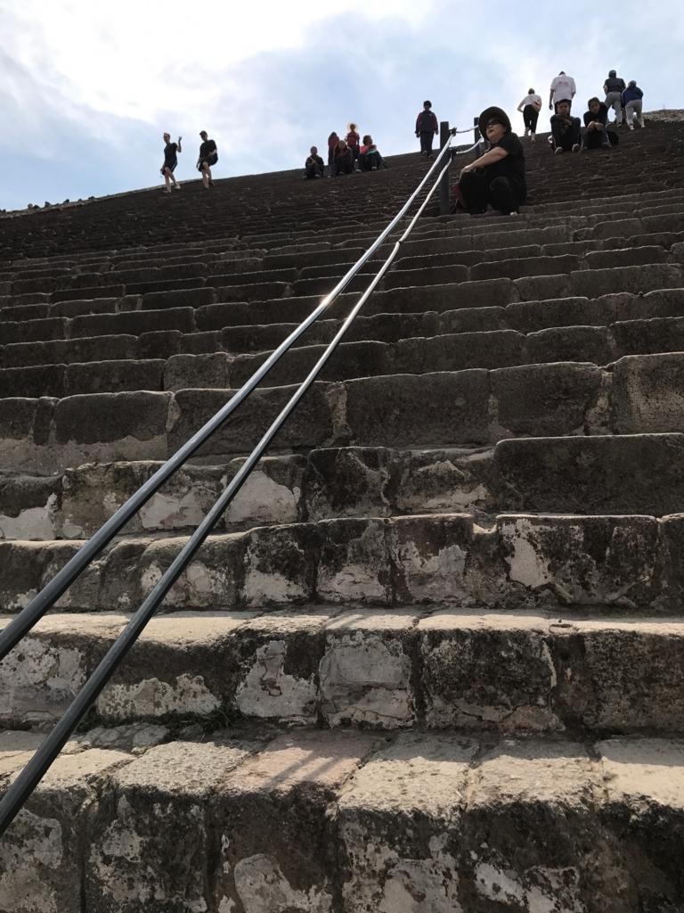 メキシコ テオティワカン遺跡 「太陽のピラミッド」最後の長い階段