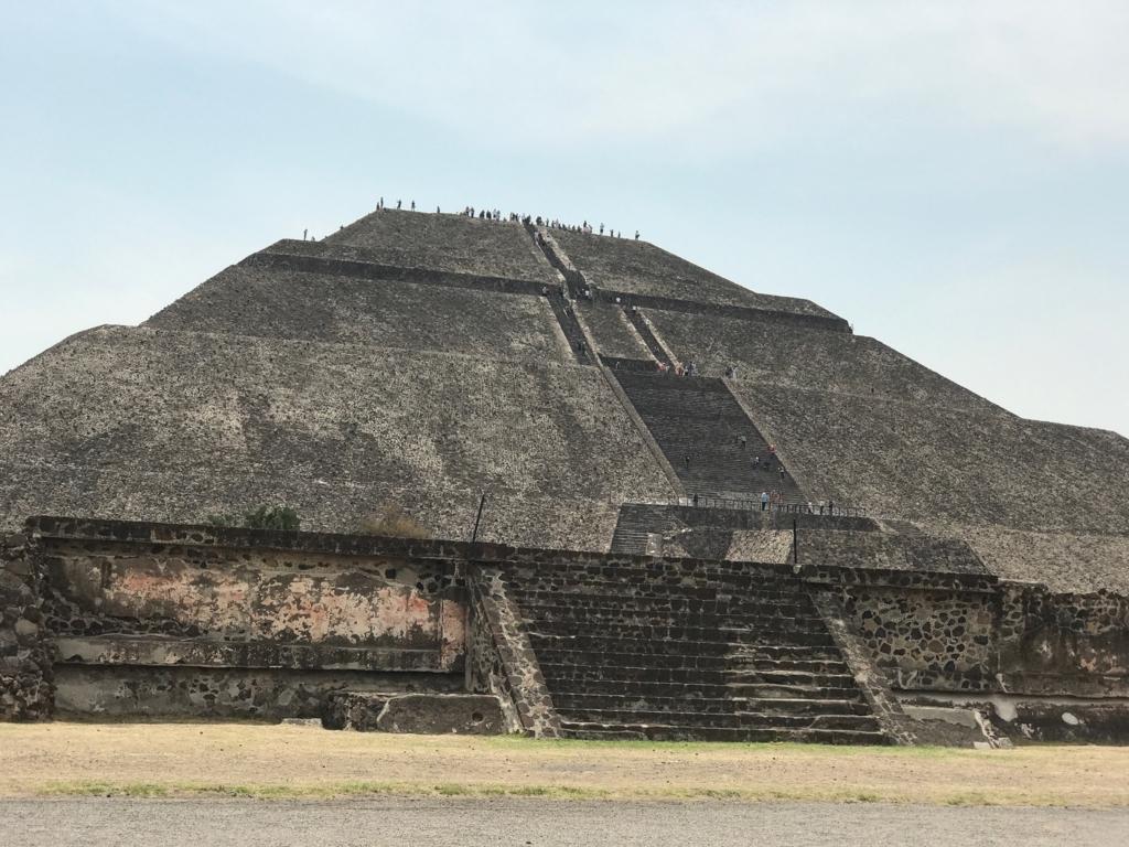 メキシコ テオティワカン遺跡 死者の道より 「太陽のピラミッド」