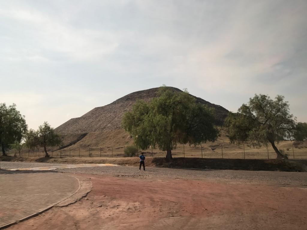 メキシコ郊外 テオティワカンへ 「月のピラミッド」裏側