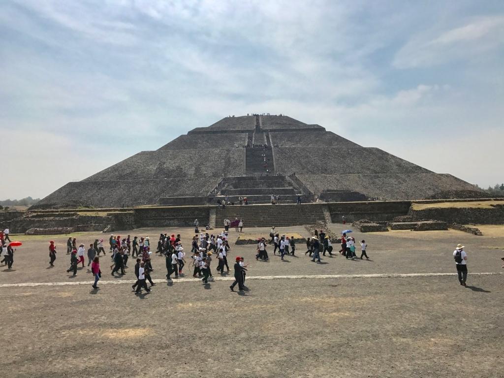 メキシコ テオティワカン遺跡 「太陽のピラミッド」の前の死者の道 学生さんの集団 width=