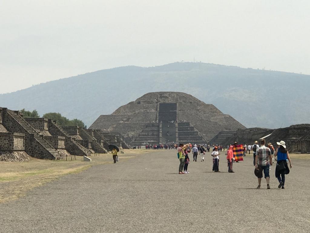 メキシコ 郊外 テオティワカン遺跡 「月のピラミッド」