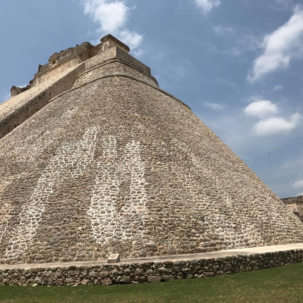 メキシコ ウシュマル遺跡 魔法使いのピラミッド 左側面
