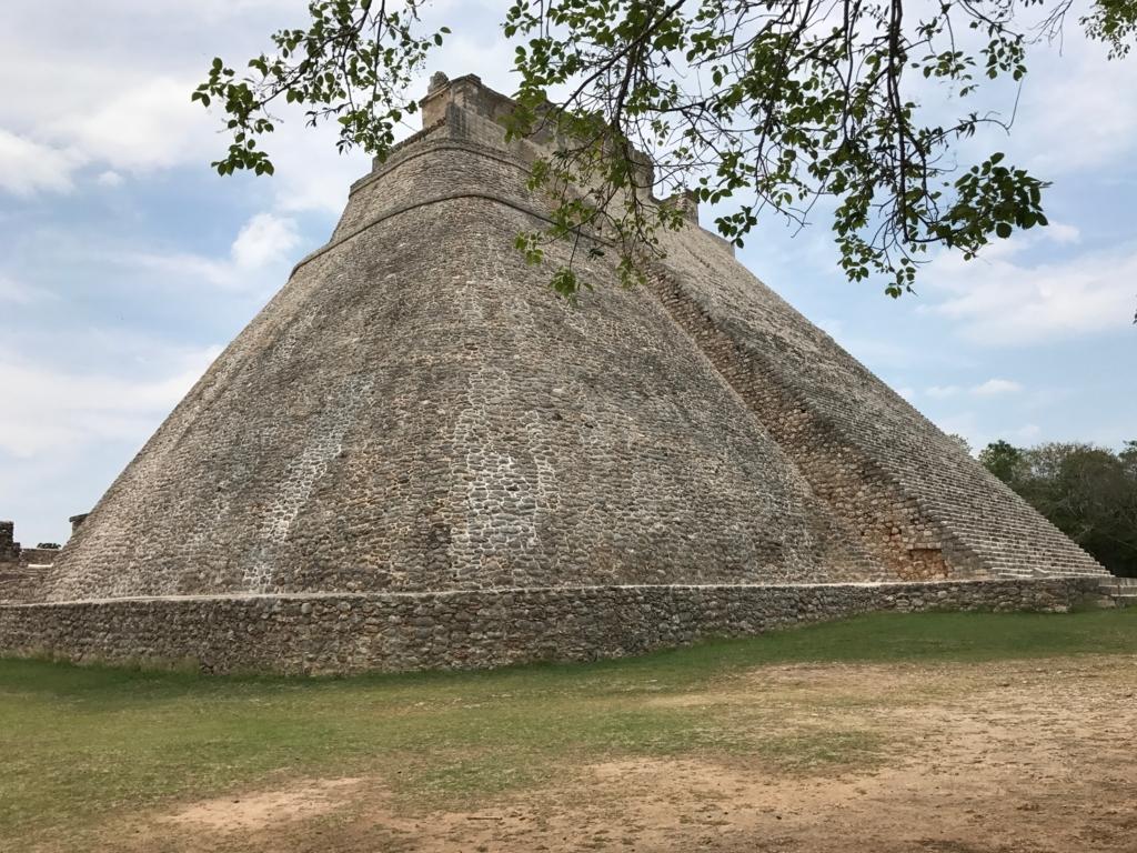 メキシコ ウシュマル遺跡 魔法使いのピラミッド 右側面