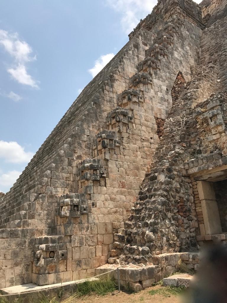 メキシコ ウシュマル遺跡 魔法使いのピラミッド 正面 階段横 雨の神チャックが並ぶ