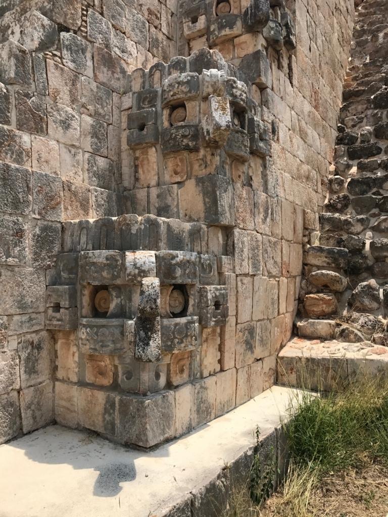 メキシコ ウシュマル遺跡 魔法使いのピラミッド 正面 階段横 雨の神チャック