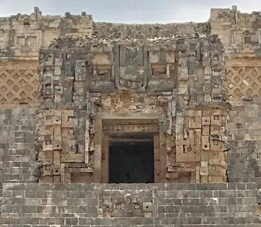 メキシコ ウシュマル遺跡 魔法使いのピラミッド 正面 階段の上には神殿