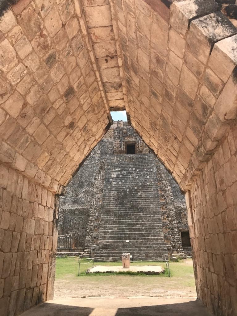 メキシコ ウシュマル遺跡 マヤアーチからの 魔法使いのピラミッド 正面