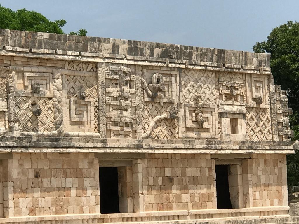メキシコ ウシュマル遺跡 尼僧院 西側 チャック等のレリーフ