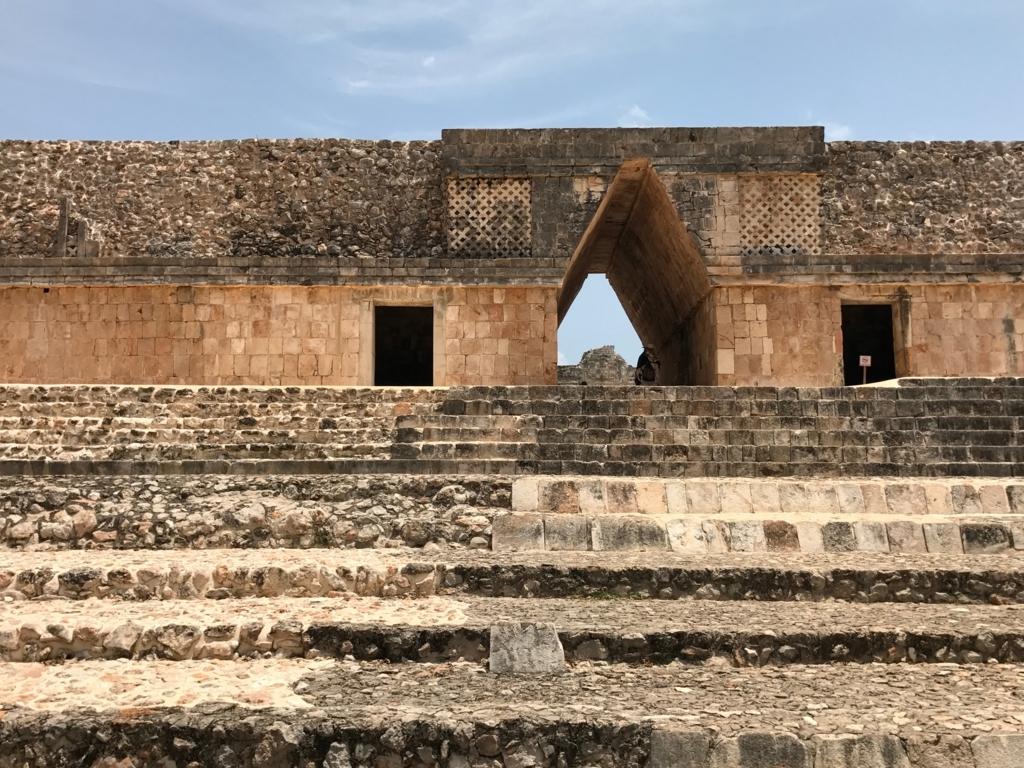 メキシコ ウシュマル遺跡 尼僧院 南側 出口側から
