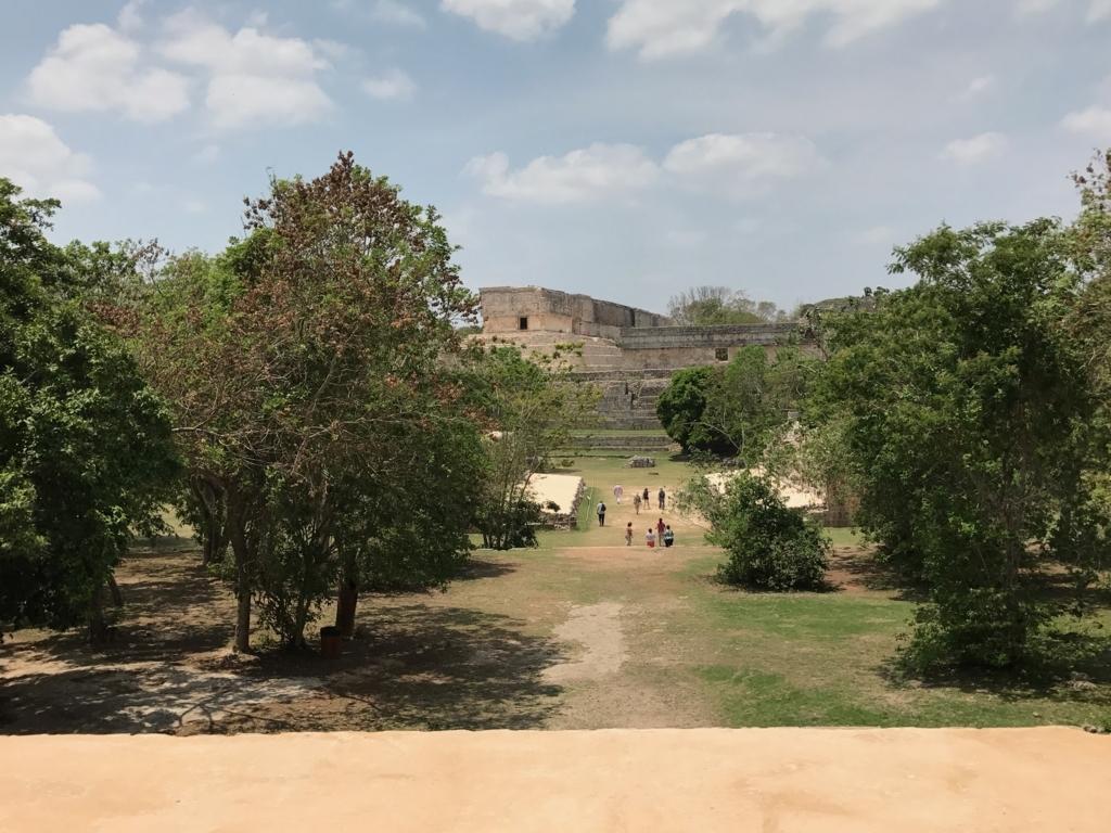 メキシコ ウシュマル遺跡 尼僧院より 球技場 と 総督の宮殿