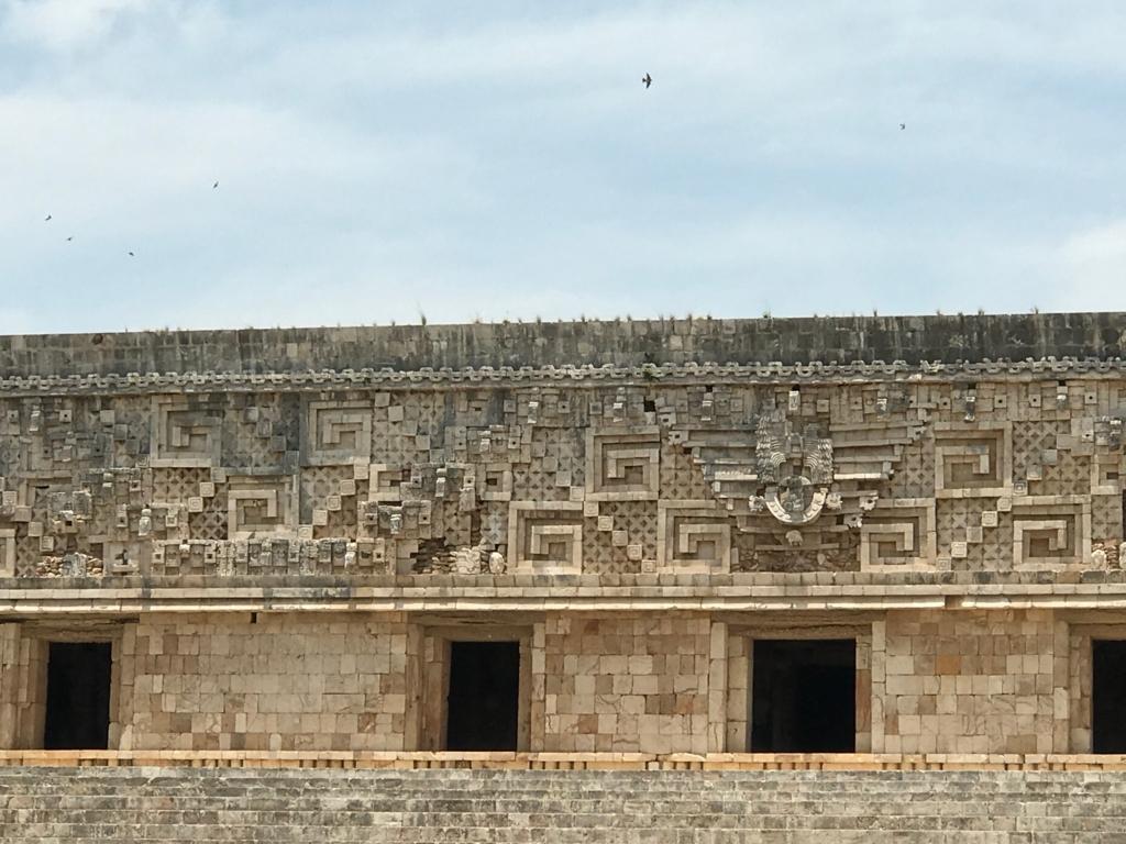 メキシコ ウシュマル遺跡 総督の宮殿 精巧なモザイク の レリーフ