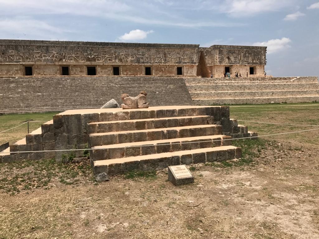 メキシコ ウシュマル遺跡 総督の宮殿前 双頭のジャガー