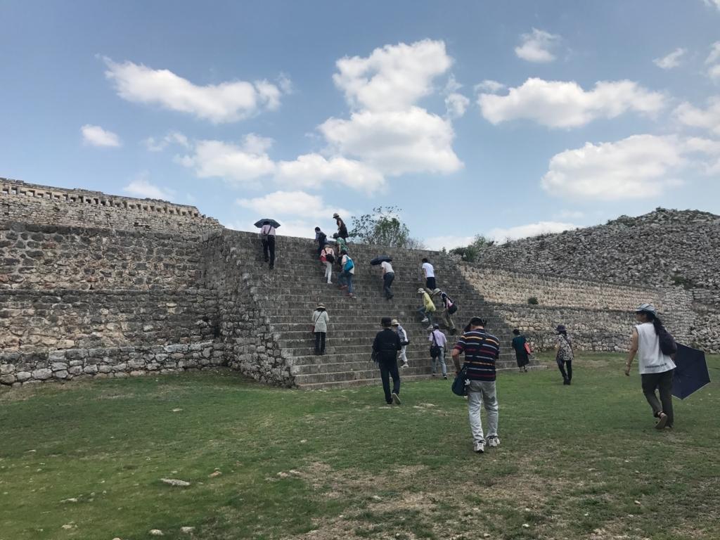 メキシコ カバー遺跡 「コズ・ポープ」へ 幅の狭い階段を上がる